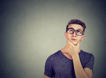 Vidrios que llevan del hombre pensativo hermoso que componen su mente que mira para arriba Imagenes de archivo