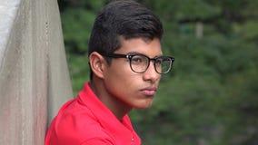 Vidrios que llevan del varón hispánico adolescente serio Foto de archivo libre de regalías