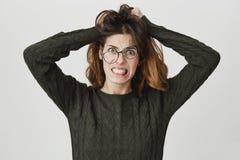 Vidrios que llevan femeninos enfadados desesperados que gritan en pelo de rasgado de la rabia y de la cólera hacia fuera, apretan imágenes de archivo libres de regalías