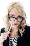 Vidrios que llevan jovenes confusos de la mujer de negocios fotografía de archivo libre de regalías