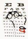 Vidrios que mienten en prueba del optotipo Imagen de archivo