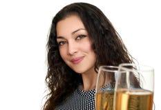 Vidrios que tintinean de la muchacha con el vino y tostar, retrato de la belleza, vestido a cuadros blanco y negro, pelo rizado l Imagen de archivo libre de regalías