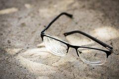 vidrios quebrados en el asfalto imagenes de archivo