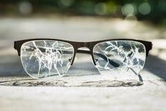 vidrios quebrados en el asfalto foto de archivo