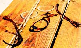 Vidrios quebrados en el escritorio de madera Fotografía de archivo