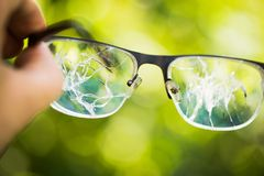 vidrios quebrados en el fondo verde foto de archivo