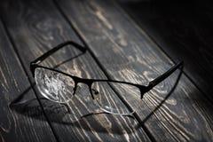 vidrios quebrados en una tabla de madera foto de archivo