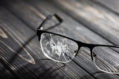 vidrios quebrados en una tabla de madera fotos de archivo libres de regalías