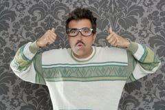 Vidrios retros del hombre del empollón del gesto tonto pensativo de la autorización Foto de archivo libre de regalías