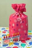 Vidrios rosados del presente y del cumpleaños Imagen de archivo libre de regalías