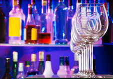 Vidrios transparentes vacíos del vino en la barra Fotos de archivo