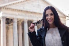 Vidrios turísticos y sonrisa del control de la mujer de Suscessful en el panteón en R Fotografía de archivo