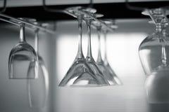Vidrios vacíos colgantes en el estante Foto de archivo libre de regalías