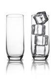 Vidrios vacíos de la soda del jugo con la reflexión de los cubos de hielo Fotos de archivo