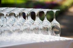 Vidrios vacíos del crystall en la fiesta de jardín Imagenes de archivo