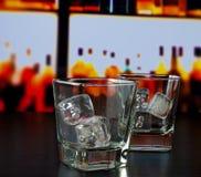 Vidrios vacíos del whisky con hielo en la tabla de la barra Imagen de archivo