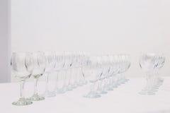 Vidrios vacíos en la tabla blanca Fotografía de archivo