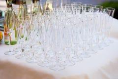 Vidrios vacíos en la tabla blanca, fila de A del vidrio vacío del champán Imagen de archivo