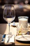 Vidrios vacíos en restaurante Fotografía de archivo libre de regalías