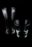 Vidrios vacíos en un fondo negro Foto de archivo