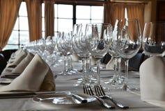 Vidrios vacíos fijados en restaurante Fotografía de archivo libre de regalías