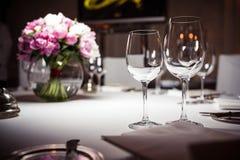 Vidrios vacíos fijados en restaurante foto de archivo libre de regalías