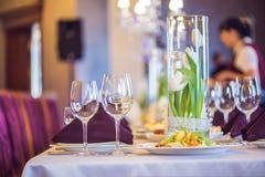 Vidrios vacíos fijados en restaurante Concepto del servicio del abastecimiento Foto de archivo libre de regalías