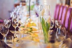 Vidrios vacíos fijados en restaurante Concepto del servicio del abastecimiento Imágenes de archivo libres de regalías