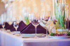 Vidrios vacíos fijados en restaurante Concepto del servicio del abastecimiento Fotografía de archivo libre de regalías