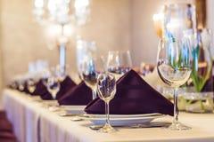 Vidrios vacíos fijados en restaurante Concepto del servicio del abastecimiento Imagen de archivo libre de regalías