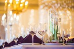 Vidrios vacíos fijados en restaurante Concepto del servicio del abastecimiento Imagenes de archivo