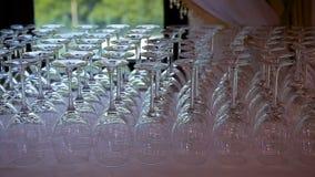 Vidrios vacíos para el sistema del vino y del agua en una tabla festiva en un cambio del foco del restaurante de la cristalería metrajes