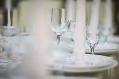 Vidrios vacíos para una sequedad del vino en la tabla Ciérrese encima de ingenio de la foto Fotos de archivo