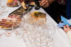 Vidrios vacíos y comida de la tabla festiva Fotografía de archivo