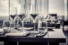 Vidrios vacíos en restaurante Foto de archivo libre de regalías