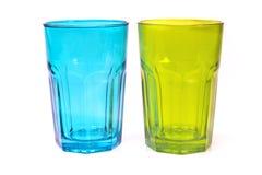 Vidrios verdes y azul aislado en blanco Imagen de archivo libre de regalías