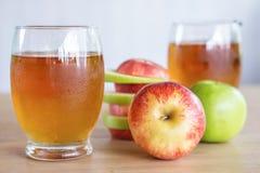 Vidrios verdes y rojos frescos de la fruta y del jugo de la manzana, bebida sana para el control de peso Imagenes de archivo