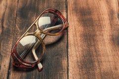 Vidrios viejos en superficie de madera foto de archivo libre de regalías