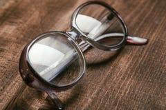 Vidrios viejos en superficie de madera fotografía de archivo libre de regalías