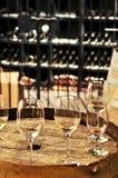 Vidrios y barriles de vino Imágenes de archivo libres de regalías