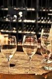 Vidrios y barriles de vino Fotos de archivo libres de regalías