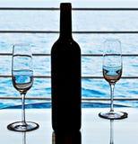 Vidrios y botella de vino foto de archivo