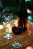 Vidrios y botella de vino Fotografía de archivo