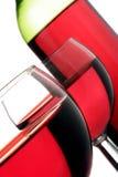 Vidrios y botella de vino rojo Fotos de archivo libres de regalías