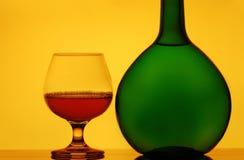Vidrios y botella del coñac Fotos de archivo