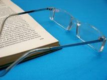 Vidrios y el libro Fotos de archivo libres de regalías