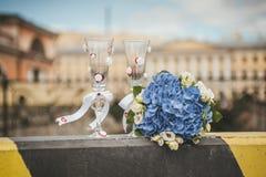 Vidrios y flores de la boda Fotografía de archivo libre de regalías