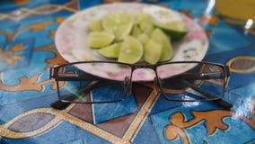 Vidrios y fruta de la cal Foto de archivo libre de regalías