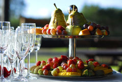Vidrios y frutas de Champán fotografía de archivo libre de regalías