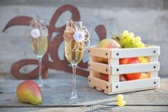 Vidrios y frutas de madera del champán del amor de la muestra Imagenes de archivo
